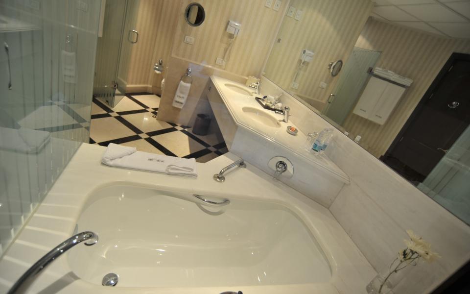 baño2 angular lens